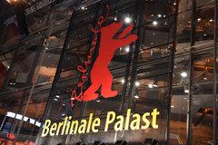 Das Logo der Internationalen Filmfestspiele ist am 04.02.2015, einen Tag vor der Eröffnungsgala der 65. Internationalen Filmfestspiele, am Berlinale Palast in Berlin zu sehen. Die Berlinale findet vom 05. - 15.02.2015 statt. Foto: Felix Hörhager/dpa
